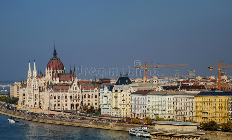 Budapest Ungernpanoramautsikt från över på gränsmärken av på sommarparlamentbyggnad royaltyfri fotografi