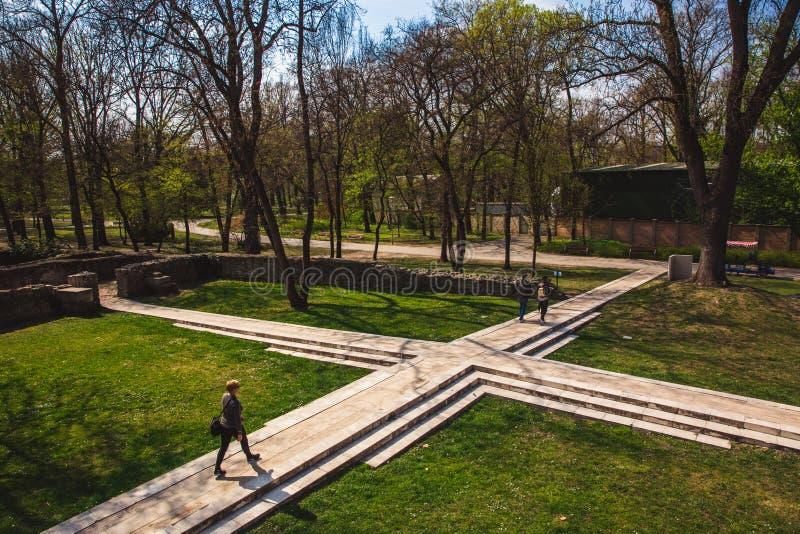 BUDAPEST, UNGHERIA - 4 APRILE 2019: Le rovine di un monastero domenicano antico nel Central Park su Margaret fotografie stock