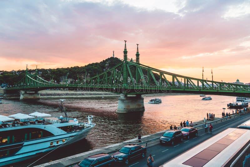 BUDAPEST, UNGHERIA, augusta, il monumento nazionale è Liberty Bridge verde a Budapest fotografie stock