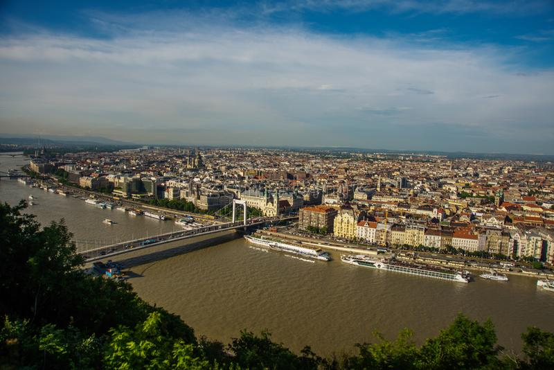Budapest, Ungheria: Buda e parassita collegati da Erzsebet nascosto o da Elisabeth Bridge nella sera Immagine editoriale della vi fotografia stock