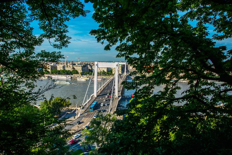 Budapest, Ungheria: Buda e parassita collegati da Erzsebet nascosto o da Elisabeth Bridge nella sera Immagine editoriale della vi fotografie stock