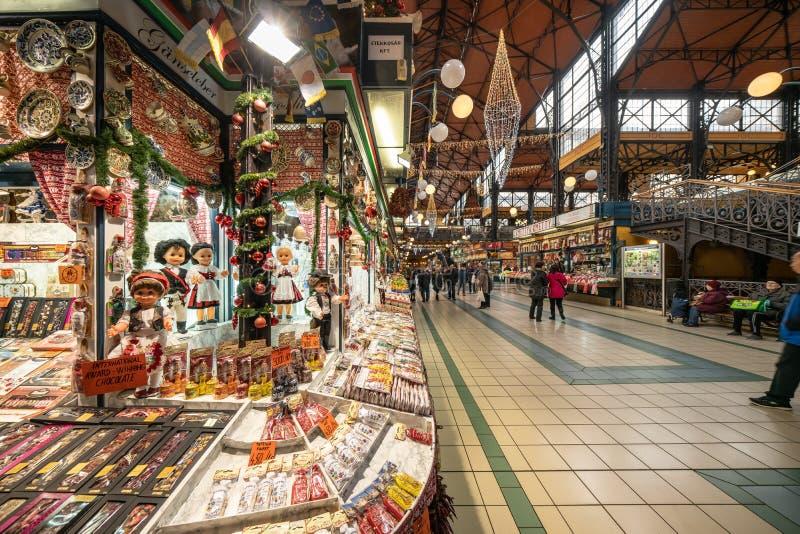 Budapest, Ungheria - dicembre 2017: Dentro il grande mercato Corridoio fotografie stock