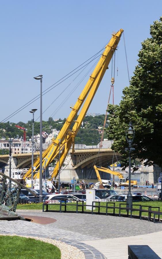 Budapest, Ungheria – 11 giugno 2019; Immagine della gru della nave di Clark Adam accanto al ponte di Margaret fotografia stock libera da diritti