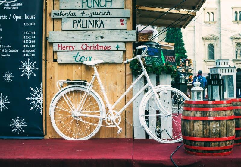 BUDAPEST, UNGHERIA - IL 28 DICEMBRE: La bicicletta decorativa sul supporto al Natale commercializza vicino alla basilica di Steph fotografia stock