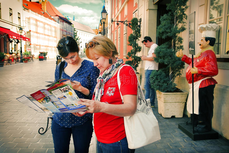 Budapest, Ungheria, il 27 giugno 2014 Due turisti che guardano mappa della B fotografie stock