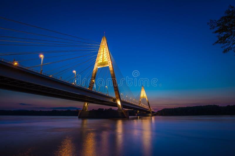 Budapest, Ungheria - il ponte illuminato di Megyeri sopra il fiume DaBudapest, Ungheria - il ponte illuminato di Megyeri sopra il immagini stock libere da diritti