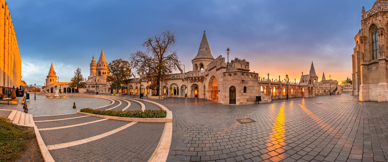 Budapest, Ungheria - panorama panoramico della famosa chiesa dei pescatori Bastion Halaszbastya e Matthias immagine stock libera da diritti