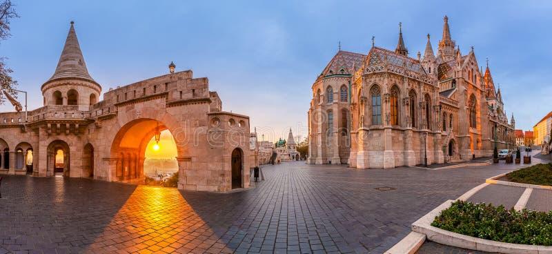 Budapest, Ungheria - panorama panoramico della porta nord della chiesa dei pescatori Bastion Halaszbastya e Matthias fotografia stock libera da diritti