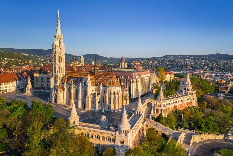 Budapest, Ungheria - vista aerea dei droni sulla bella chiesa di Matthias e la Bastion Halaszbastya di Fisherman immagine stock libera da diritti