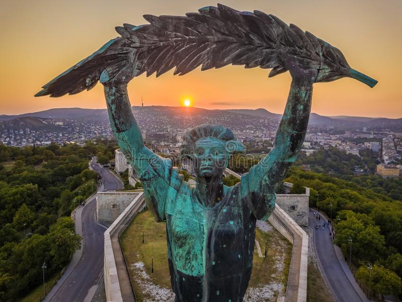 Budapest, Ungheria - vista aerea della statua della libertà al tramonto fotografia stock libera da diritti