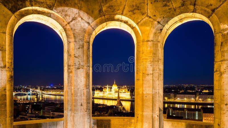 Budapest, vue de nuit sur Danube, Parlement et pont à chaînes photographie stock