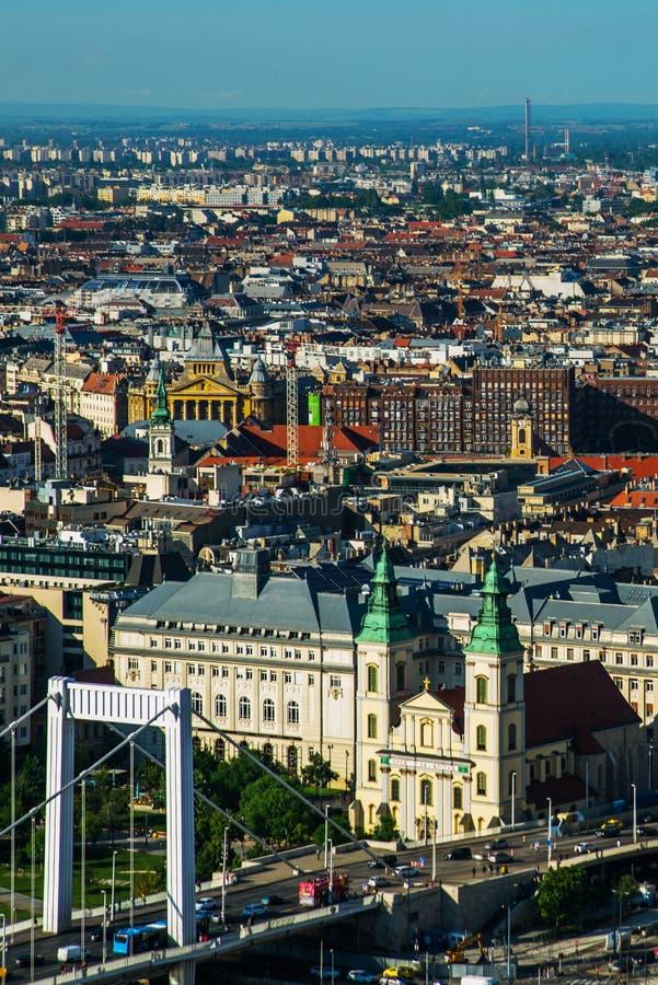 Budapest, Węgry: Buda i zaraza łączący Erzsebet lub Elisabeth mostem w wieczór chowaliśmy Redakcyjny wizerunek Budapest widok zdjęcie stock