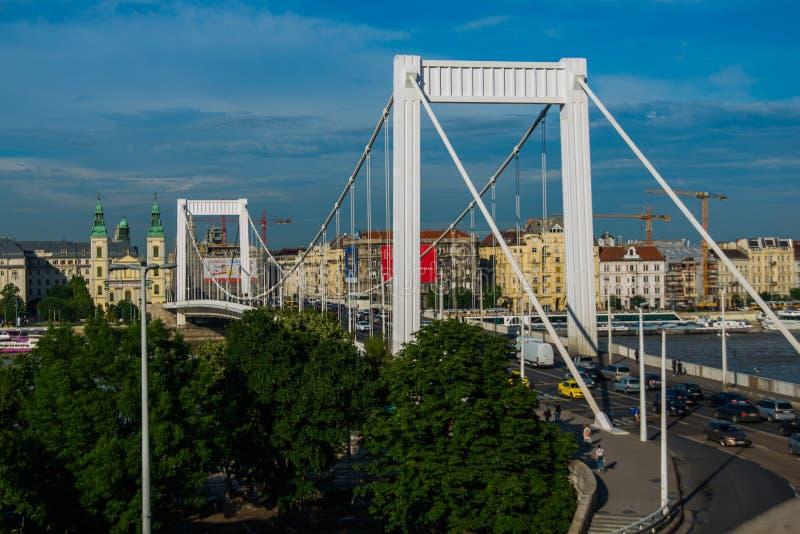 Budapest, Węgry: Buda i zaraza łączący Erzsebet lub Elisabeth mostem w wieczór chowaliśmy Redakcyjny wizerunek Budapest widok zdjęcie royalty free