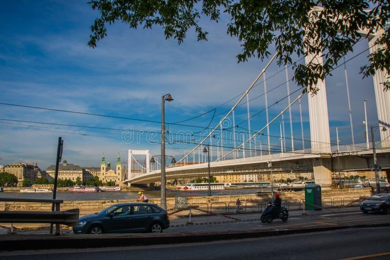 Budapest, Węgry: Buda i zaraza łączący Erzsebet lub Elisabeth mostem w wieczór chowaliśmy Redakcyjny wizerunek Budapest widok obraz stock
