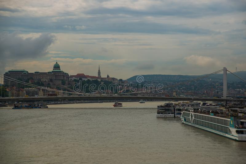 Budapest, Węgry: Elisabeth most, Royal Palace, Buda kasztel na Danube rzece w Budapest zdjęcia royalty free
