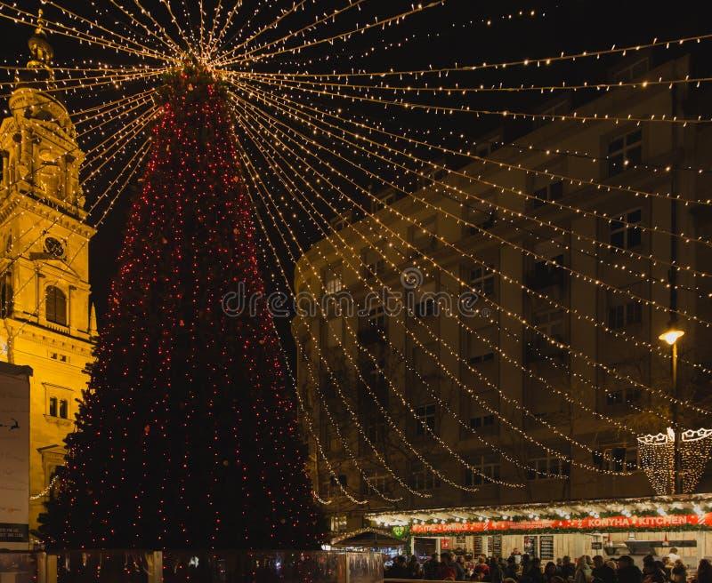BUDAPEST WĘGRY, GRUDZIEŃ, - 11, 2017: Boże Narodzenia Wprowadzać na rynek przy St Stephen ` s kwadratem przed St Stephen ` s bazy fotografia royalty free