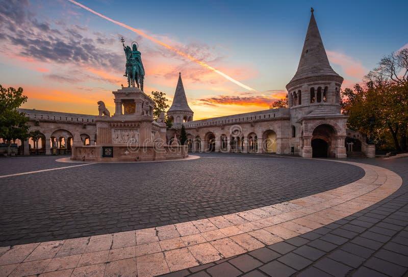 Budapest, Węgry - jesieni wschód słońca przy rybaka bastionem z królewiątkiem Stephen Ja statua zdjęcia royalty free