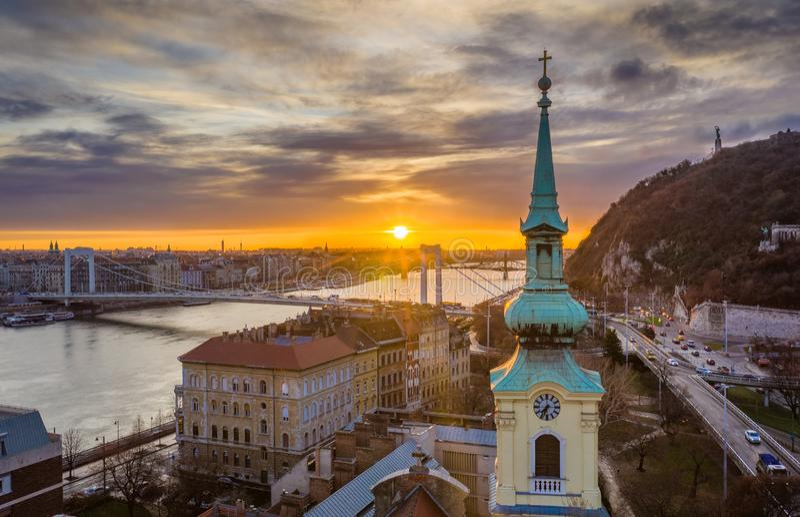Budapest, Węgry - Kościelny wierza i Elisabeth most z pięknym wschód słońca obrazy royalty free