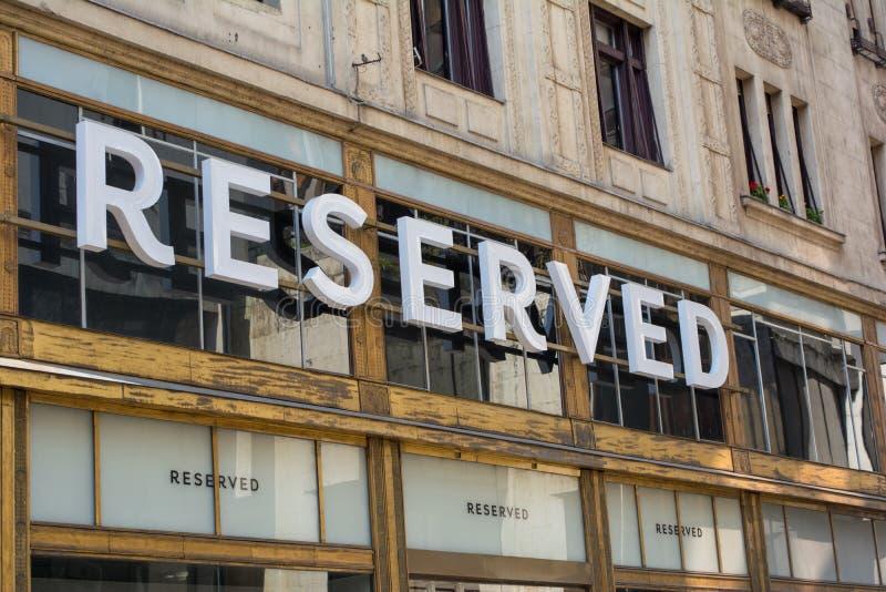 BUDAPEST WĘGRY, LIPIEC, - 5, 2018: Zarezewowany sklep przy Vaci zakupy ulicą Zarezewowany Jest Polski sklepu odzieżowego łańcuch zdjęcie royalty free