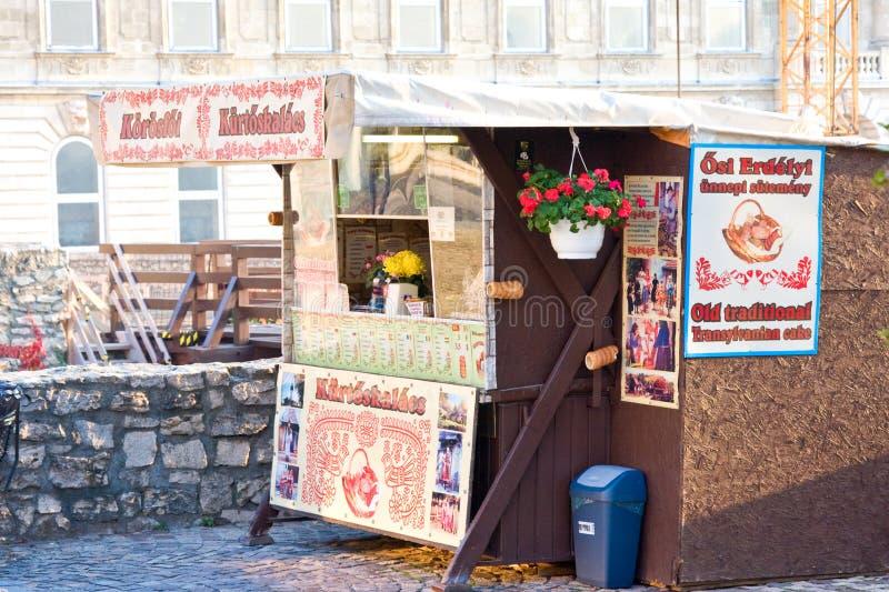 BUDAPEST WĘGRY, LISTOPAD, - 5, 2015: Uliczny bufet z tradycyjnym hungarian ciastem dzwonił kurtosh kallach w Budapest zdjęcie stock