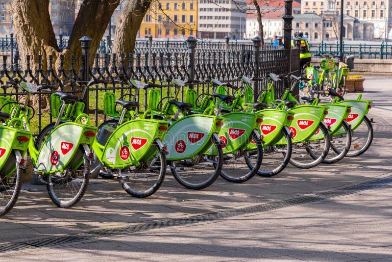 Budapest, Węgry, Marzec 22 2018: BuBi moll czynsz rower stacja przed sławną Budapest Wielką targową sala obraz stock