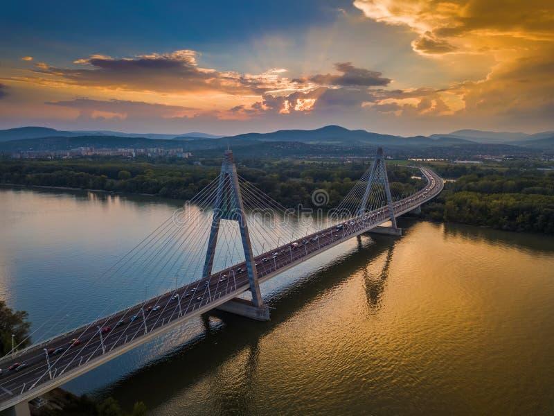 Budapest Węgry, Megyeri, - most nad Rzecznym Danube przy zmierzchem z pięknym niebem fotografia royalty free