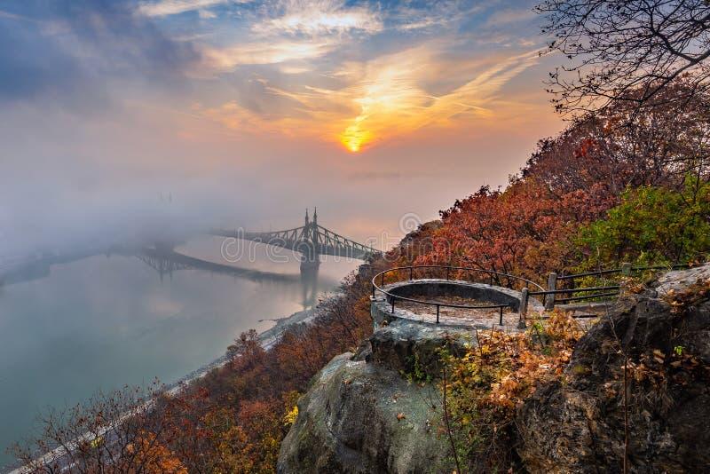 Budapest, Węgry, mgła nad Rzecznym Danube, kolorowy niebo i chmury, - punkt obserwacyjny na Gellert wzgórzu z swoboda mostem Szab obraz royalty free