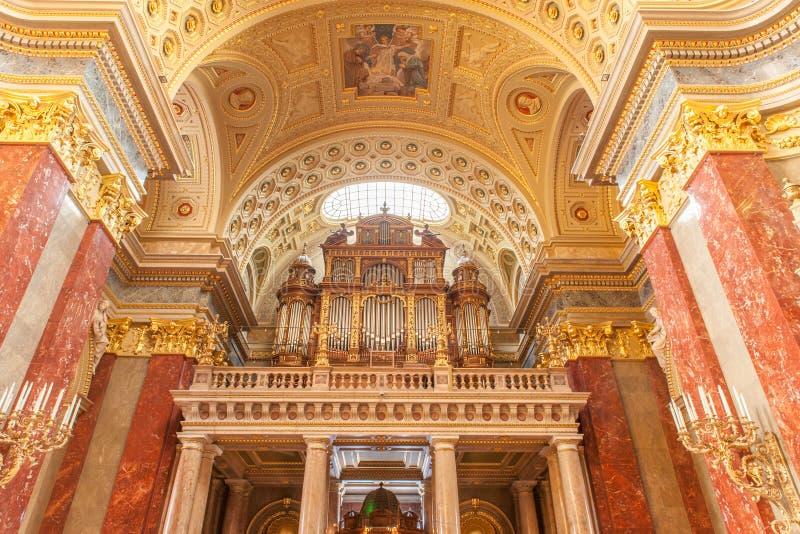 BUDAPEST WĘGRY, PAŹDZIERNIK, - 30, 2015: St Stephen bazylika w Budapest Wewnętrznych szczegółach Podsufitowi elementy i organ zdjęcie stock