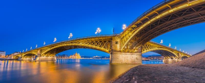 Budapest, Węgry - Panoramiczny linia horyzontu widok piękny Margaret most przy błękitną godziną zdjęcie stock