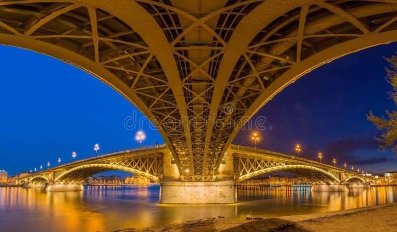 Budapest, Węgry - Panoramiczny strzał brać pod sławnym Margaret mostem fotografia royalty free