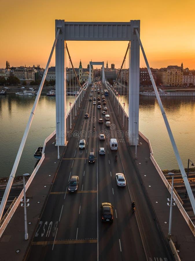 Budapest, Węgry - Piękny Elisabeth most Erzsebet chował przy wschodem słońca z złotym niebem fotografia royalty free