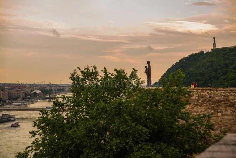 Budapest, Węgry: Rzeźba St Maria mater dei na wzgórze wierzchołku Buda kasztel Swobody statuy lub wolności statuy stojaki dalej obraz royalty free