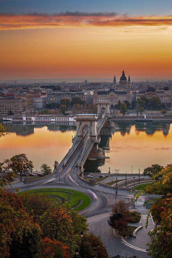 Budapest, Węgry - sławny Łańcuszkowego mosta Lanchid ` s Basiica Szent Istvan Bazilika St Stephen i zdjęcia stock