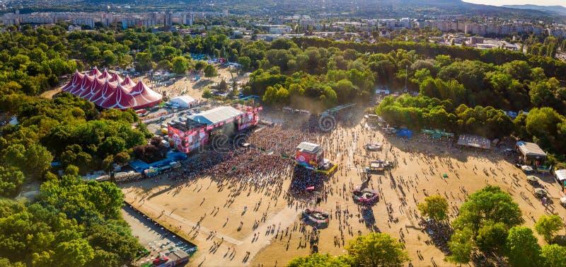 BUDAPEST WĘGRY, SIERPIEŃ, - 12, 2018: Panoramiczna powietrzna fotografia tłum przed główną sceną Sziget festiwal przy fotografia stock
