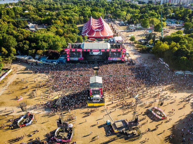 BUDAPEST WĘGRY, SIERPIEŃ, - 12, 2018: Powietrzna fotografia tłum przy zmierzchem przed główną sceną Sziget festiwal obrazy stock