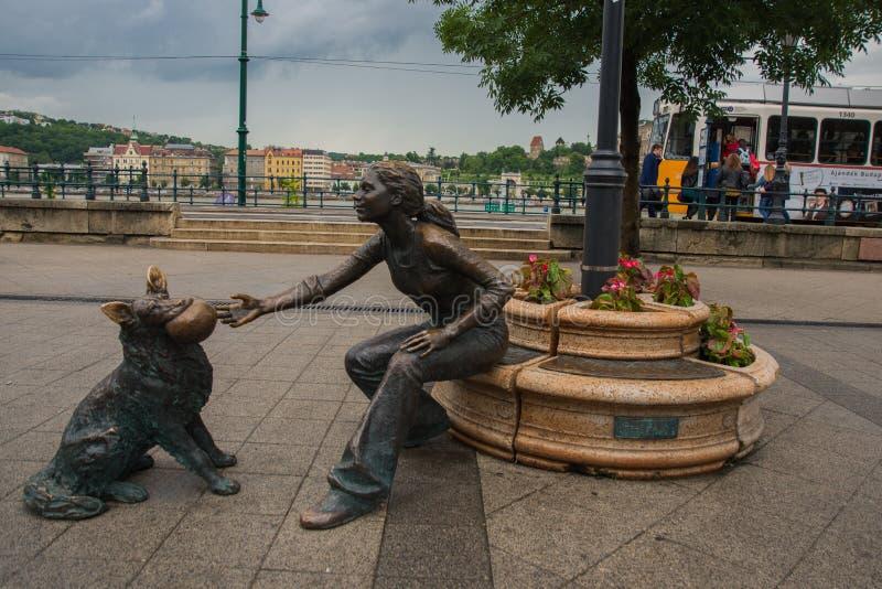 BUDAPEST, WĘGRY: Statua w brązowym Raffay David dziewczyna która bawić się z psem wzdłuż Danube bulwaru, zdjęcia stock