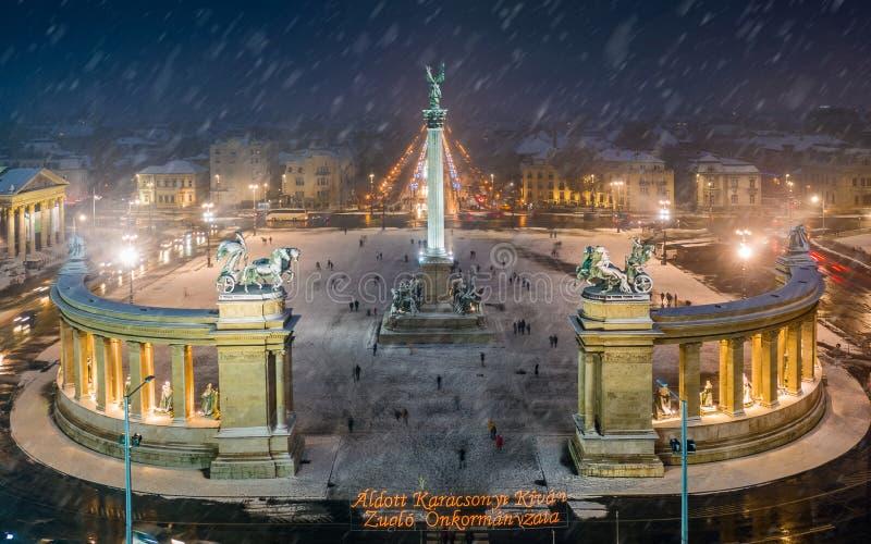 Budapest, Węgry - widok z lotu ptaka anioł rzeźba przy bohatera Hosok Kwadratowym tere z bożymi narodzeniami dekorował Andrassy u zdjęcia stock