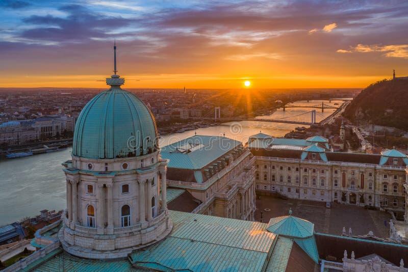 Budapest, Węgry - widok z lotu ptaka kopuła Buda kasztelu pałac królewski przy wschód słońca z swoboda mostem, Elisabeth most zdjęcie stock