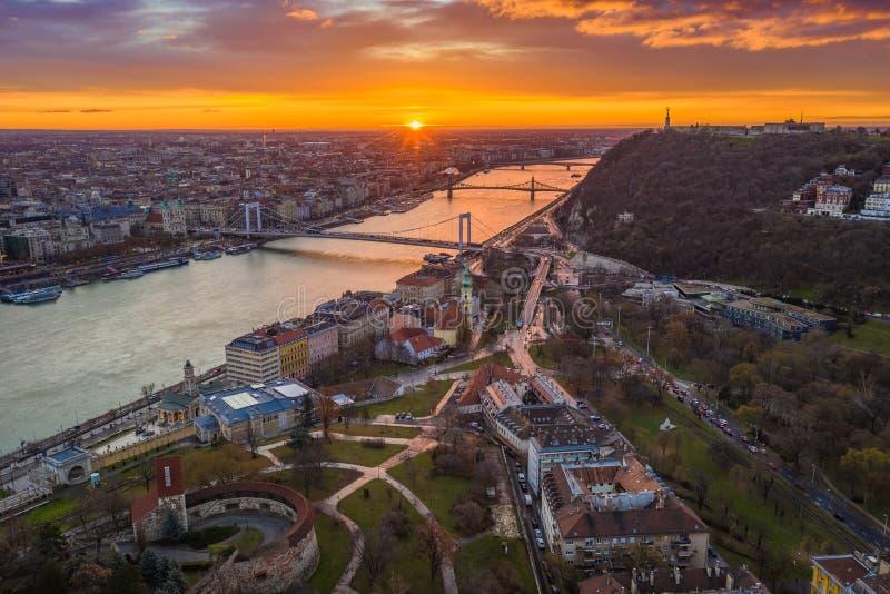 Budapest, Węgry - Złoty wschód słońca nad Budapest, z Elisabeth mostem, swoboda mostem i statuą wolności, zdjęcie royalty free