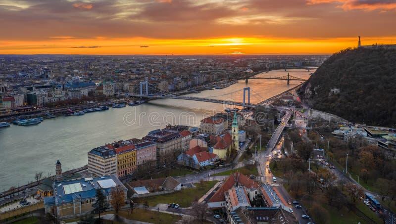 Budapest, Węgry - Złoty wschód słońca nad Budapest, z Elisabeth mostem, swoboda most fotografia royalty free