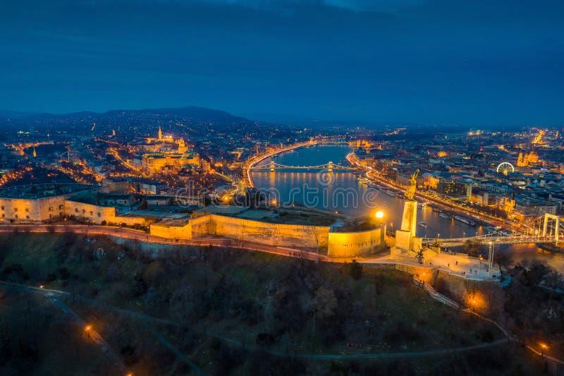 Budapest, W?gry - Powietrzny panoramiczny widok Budapest przy b??kitn? godzin? zdjęcia royalty free