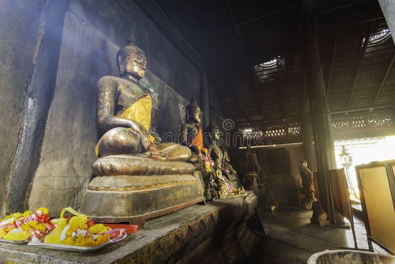 Budas antigas perto da parede dentro do templo velho fotografia de stock