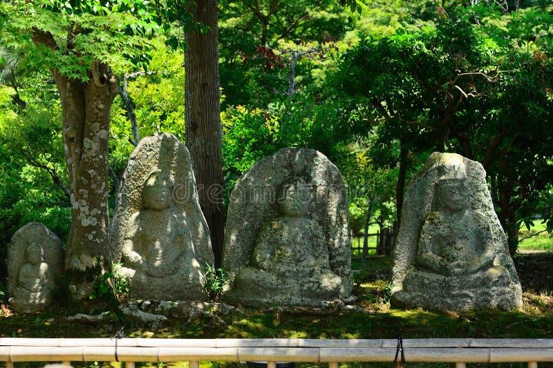 Budas de pedra velhas no jardim japonês, Kyoto Japão imagens de stock royalty free