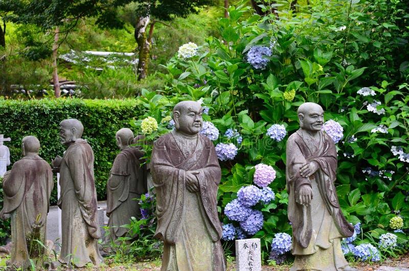 Budas e hortênsia de pedra, Kyoto Japão foto de stock