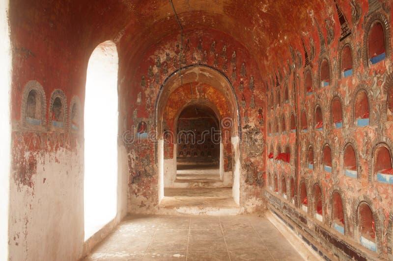 Budas para dentro no pagode da parede do templo de Nyan Shwe Kgua em Myanmar imagens de stock royalty free