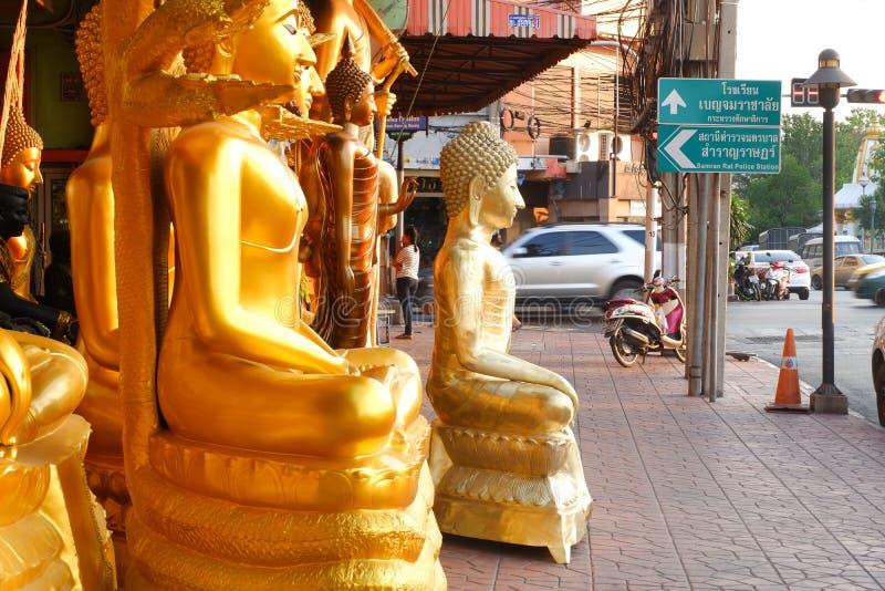 Budas para a venda no mercado da Buda foto de stock