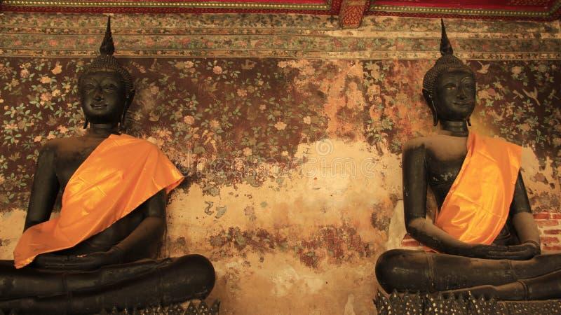 Budas pretas com a parede velha das pinturas fotografia de stock royalty free