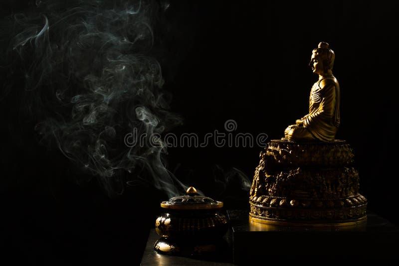 Budda de bronze de assento com queimador de incenso foto de stock