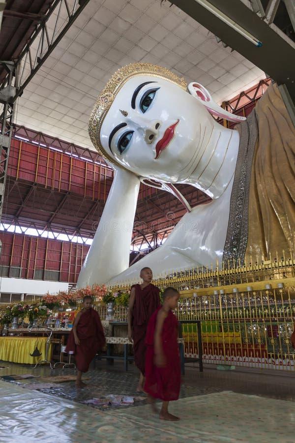 Budda de reclinação em Chaukhtatgyi Paya. Yangon. Myanmar. imagens de stock royalty free