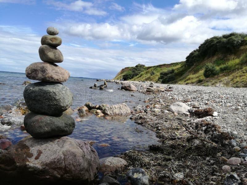 Buddah Дзэн пляжа каменное стоковые фотографии rf